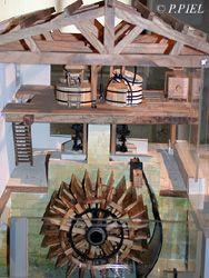 Une partie du mécanisme hydraulique du Moulin des Loges montré sur la maquette, été 2003
