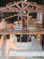 Détails du mécanisme de meunerie de la maquette du Moulin des Loges, été 2003