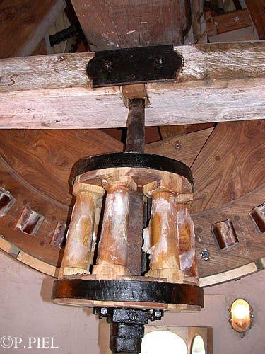 Au premier plan, lanterne ointe de suif entraînée par le rouet, énorme roue dentée que l'on aperçoit à l'arrière plan. Moulin de Jonzac, Journée nationale des Moulins, 20 juin 2004
