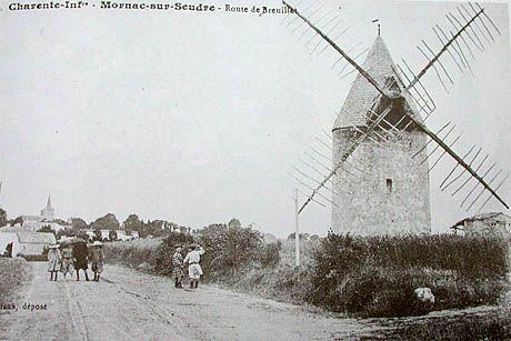 Ancien moulin de Mornac à présent disparu et dont le dernier meunier officiait encore dans les années 30. le moulin pris en photo est déjà en fort mauvais état avec  ses ailes aux verrons tordus ou manquants. Mort programmée du moulin de Mornac!