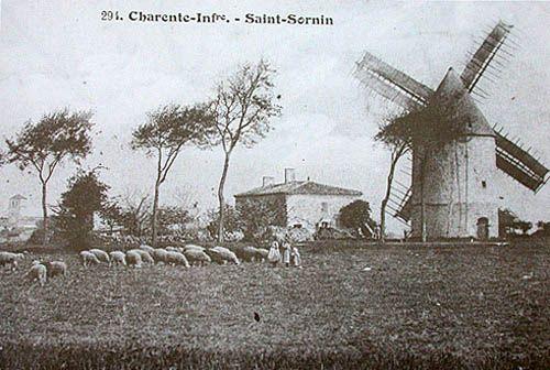 Ancien moulin de Saint-Sornin dont il ne reste plus rien aujourd'hui. On aperçoit le clocher de l'Eglise St-Saturnin au fond à gauche.