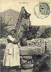 Carte postale ancienne montrant une scène de puisage dans un village saintongeais, Exposition philatélique de Marennes, février 2004