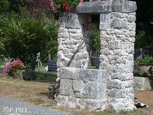 Puits de Luzac à l'entrée du village en venant de Nieulle, juillet 2004