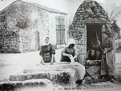 Carte postale ancienne montrant une scène de puisage et de lessive au Puits de la Tourette à Saint Sornin. PLus bas,  le m^me puits aujourd'hui!