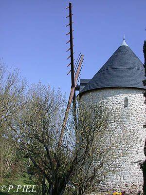 Moulin de Saint Martin, converti aujourd'hui en résidence secondaire, printemps 2004